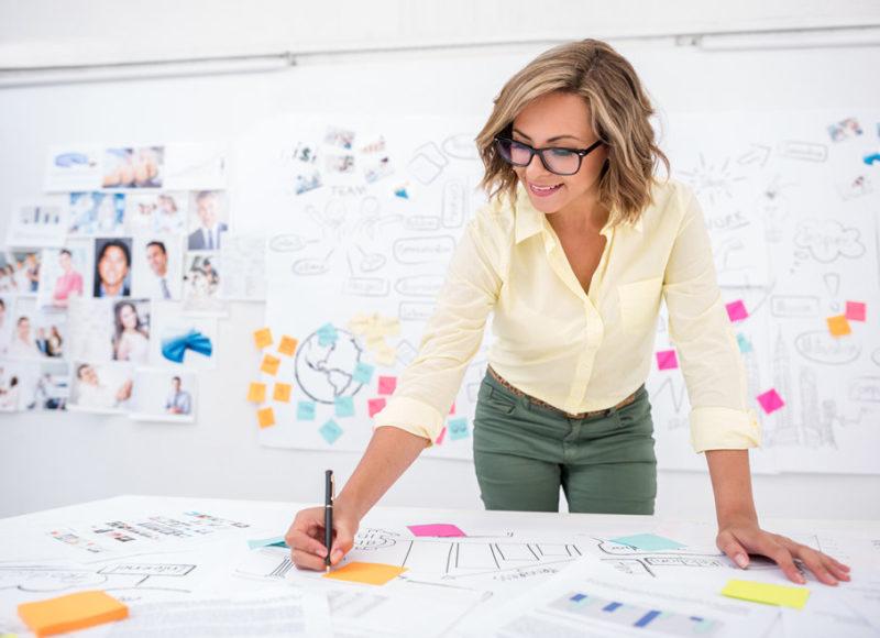 femme au travail plannification recrutement aarone